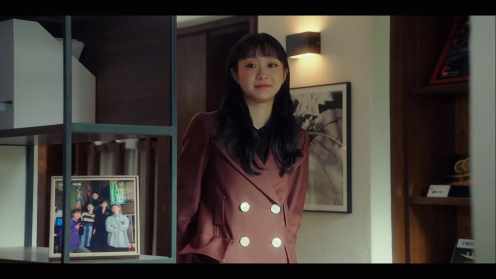 Jo Yi Seo beside a picture of the DanBam crew. Itaewon Class Episode 16