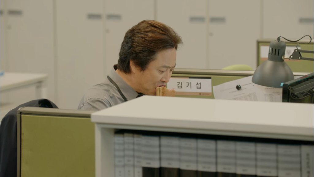 He almost looks embarrassed about munching on Subway product placement instead of pretending to type up a business expense report. Lol. Revolutionary Love Ep 11